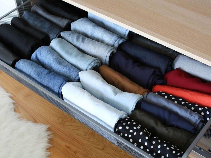 Vêtements d'été sous le lit, manteaux dans l'entrée, robes sur cintres, collants en boule dans une panière.... La configuration du rangement de...