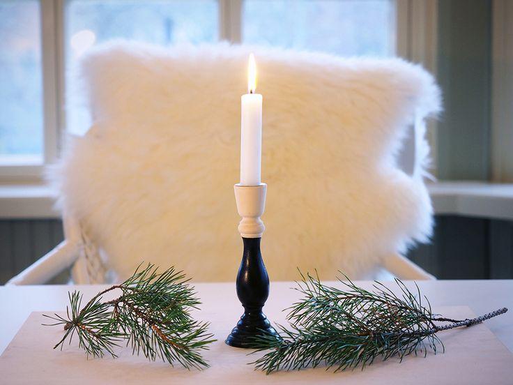 Puinen kynttilänjalka dipattiin näyttäväksi mustalla maalilla. Sävyllä saatu kontrasti on piste i:n päälle vaaleansävyisessä kattauksessa.