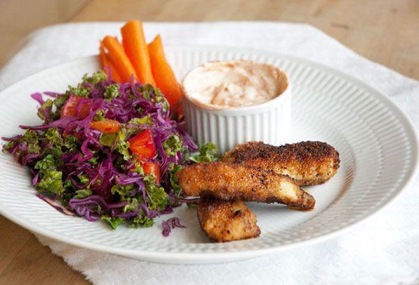 Hjemmelavede nuggets er et kendt børnefamiliehit - denne opskrift på kyllinge nuggets giver lækre nuggets som er sprøde møre og saftige