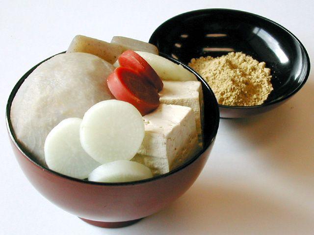 味噌汁ときな粉のハーモニーはいかに? 山添村の頭芋のお雑煮