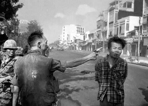 La ejecución de un prisionero del Vietcong por el jefe de policía de Saigon, tomada por Eddie Adams en 1968. Horst Haas, como editor jefe de fotografía de AP, defendió la publicación de esta foto para ilustrar los horrores de la guerra. (Horst Faas/AP)