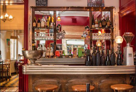 Le tire-bouchon : En plein coeur de Rennes situé rue du chapitre, le tire-bouchon est un restaurant / bar à vin réputé et convivial où vous est proposée une « cuisine du marché » à déguster en famille ou entre ami(e)s. Sur place, vous avez le choix de vous bichonner la panse en salle (décoration ancienne, moulures, hauts plafonds) ou au comptoir, à même la cuisine. A noter que le tire-bouchon est fermé le samedi soir.