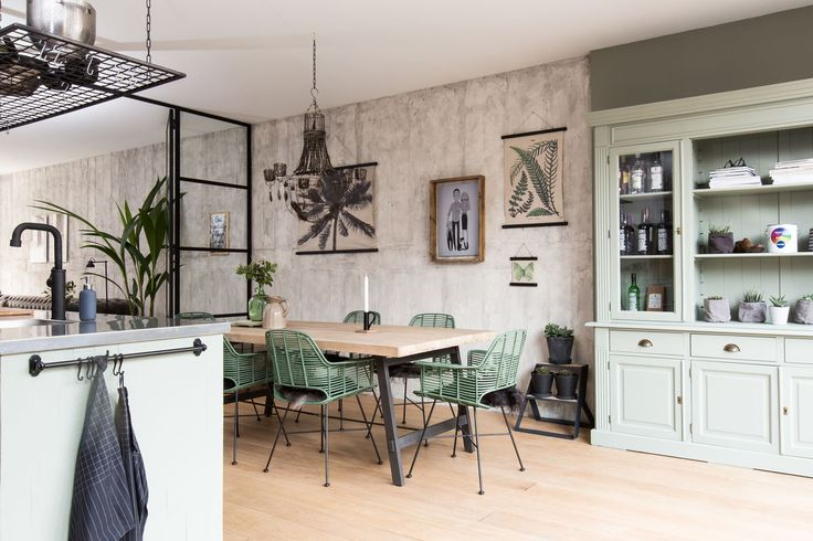 Mooi groenen heeft stylist Frans gekozen voor Linda en Jeroen, de kleur Parallel van Histor zie je op de kast en op de muur erachter.