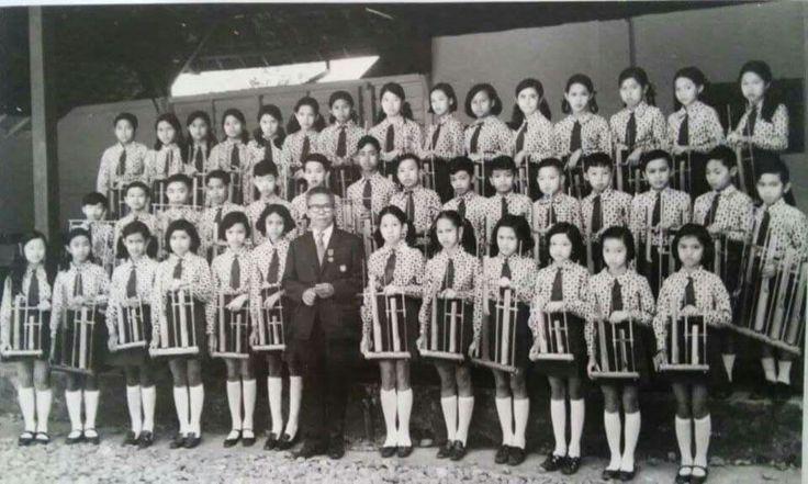 Helmersschool,jl dr radjiman.Berpose brsama bpk angklung Daeng Sutigna sblm pertunjukan dihadapan Ratu Juliana.1971.HHB.Muliawan Johor.