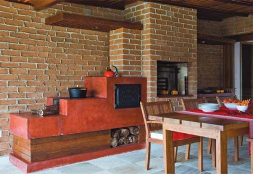 """As paredes de tijolos chamam a atenção com o assentamento de juntas desencontradas e argamassa transbordada: """"É como o recheio de um sanduíche"""", explica o arquiteto."""