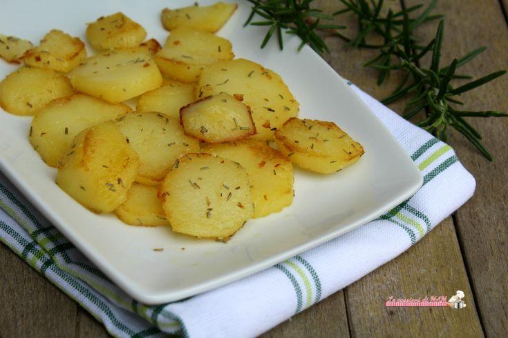 Patate sauté al rosmarino ricetta per un contorno semplice da preparare in padella, patate croccanti all'esterno e morbide all'interno.