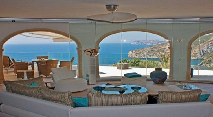 Purer Luxus! Wohnzimmer mit Zugang zur Terrasse der Luxusvilla Javea Ambolo in Spanien. Ein Traum in Blau. Weitere spanische Traumimmobilien finden Sie unter: http://www.ott-kapitalanlagen.de/immobilien-spanien.html
