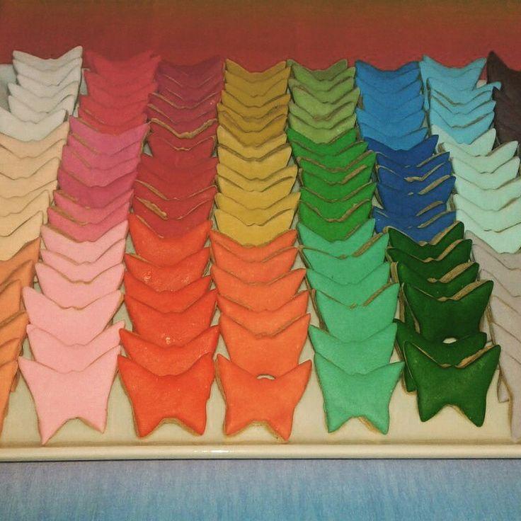 Kızımın 2. Yaş gününe tam 27 renk tonunda şeker hamurundan kelebek kurabiyeler :)