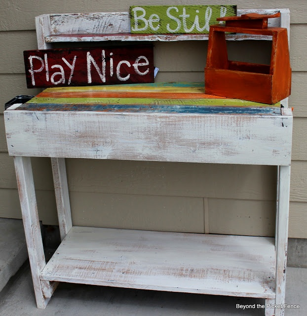 Beyond The Picket Fence: Pallet Patio Bar/Buffet