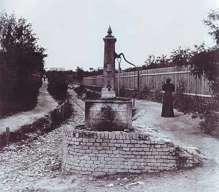 1880 körül. Ecet kút az Áldás utca elején.