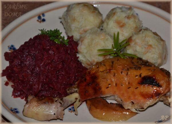 Kuře ala husa, červené zelí s řepou a rychlé bramborové knedlíky