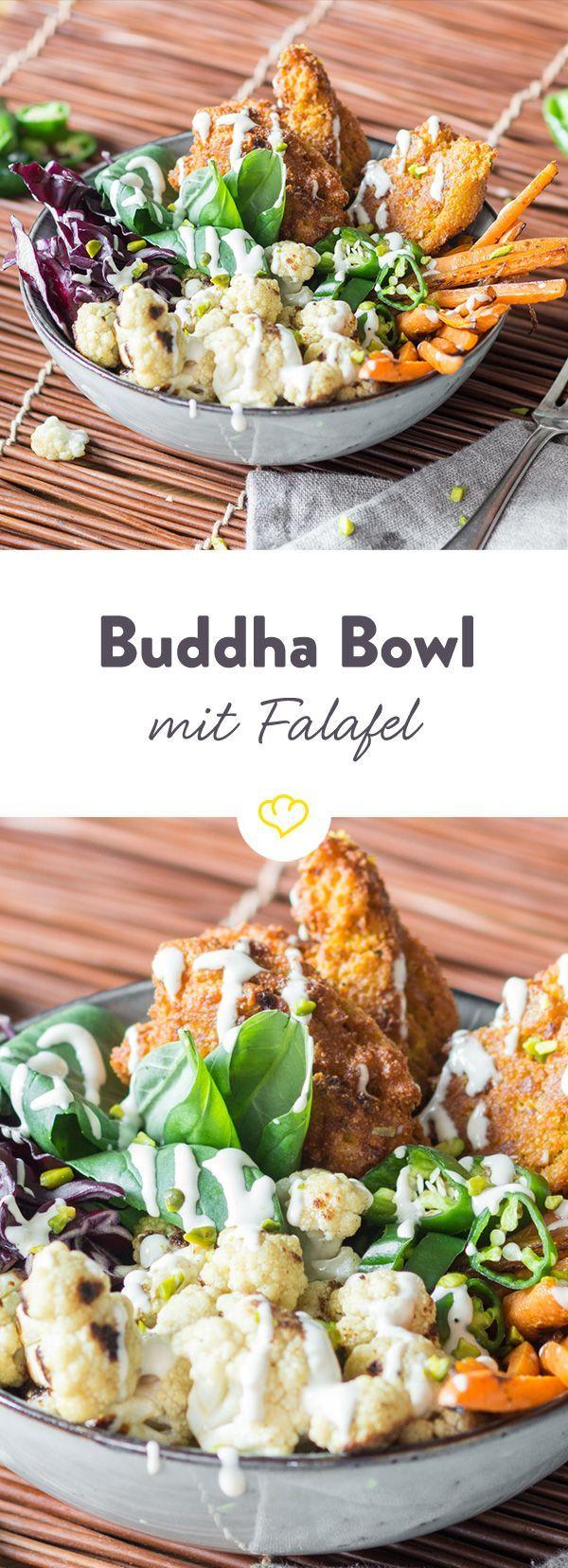 Was ist bunt, gesund und vollgepackt mit leckeren, warmen Sattmachern? Na diese großartige Buddha Bowl mit Ofengemüse, Falafelbällchen und zartem Spinat.