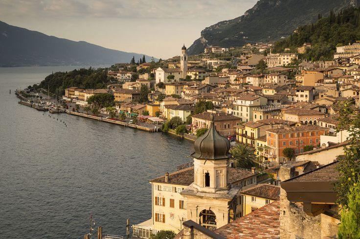 Wer eine Reise nach Italien plant, denkt sicher nicht als erstes an Urlaub am Gardasee – sondern an die Adria, an Rom, die Toskana. Dabei lohnt es sich allemal, direkt am Tor zum Süden zu verweilen. TRAVELBOOK nennt 6 gute Gründe für eine Reise an den Lago di Garda.
