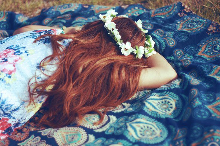 お昼寝する女の子。花かんむり編