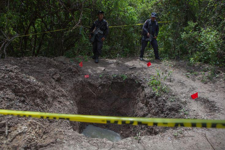 MÉXICO, D.F. (proceso.com.mx).- Integrantes de la Unión de Pueblos y Organizaciones del Estado de Guerrero (UPOEG) reportaron el hallazgo de al menos 17 nuevas fosas clandestinas en Iguala, Guerrer...