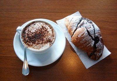 Cappuccino e Cornetto Al Cioccolato - Tipica colazione italiana