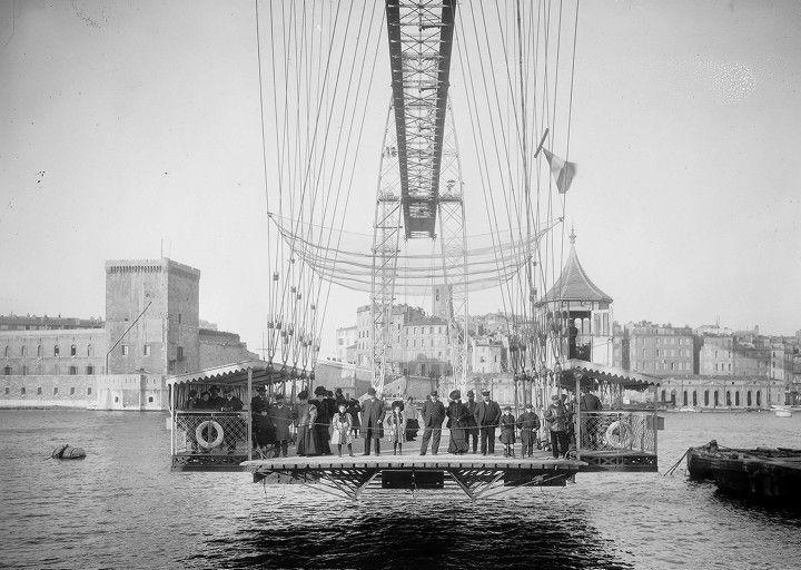 Le transbordeur de Marseille était du type « à contrepoids et articulations ». Il fut construit en dix-neuf mois pour relier les quais du Port et de Rive Neuve. Il fut inauguré le 15 décembre 1905. Le transbordeur est composé de deux pylônes de 86,60 mètres de haut et de 240 tonnes chacun. A 50 mètres au-dessus de la mer, le tablier de 239 mètres relie les deux pylônes. Une nacelle de 120 m² et de 20 tonnes fait la navette entre les rives en 1 minute 30. En haut se trouvait un restaurant…