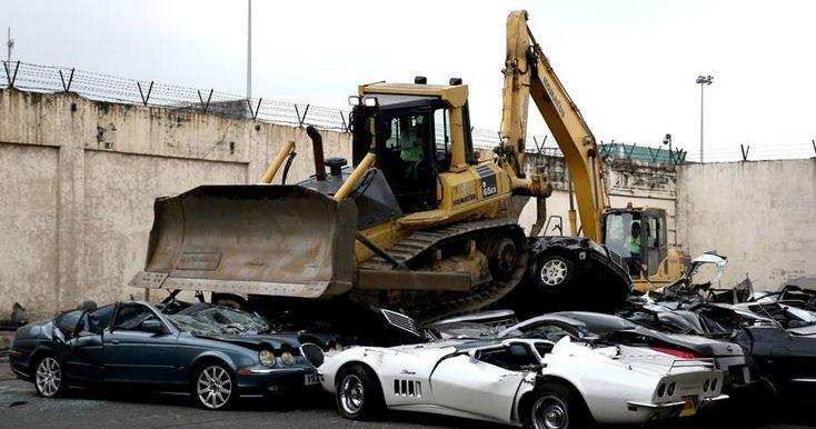 В присутствии президента страны Родриго Дутерте показательно уничтожили элитные автомобили, незаконно ввезенные в страну.