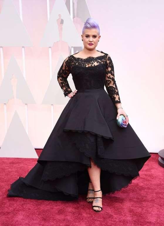 Kelly Osbourne fue fiel al negro con un vestido de escote barco de encaje y falda tail hem de Rita V..