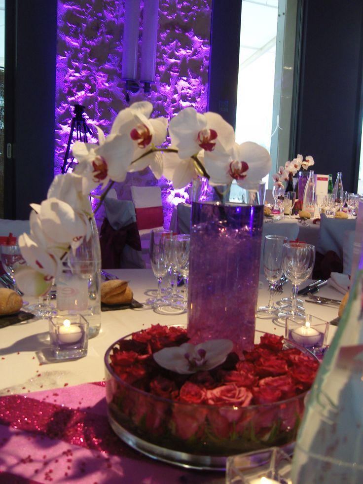 Un centre de table frais et nature, voilà ce que nous vous proposons. Alliant les orchidées et les roses nous avons tenté de créer une ambiance chic et romantique à la table grâce à cette décoration florale.