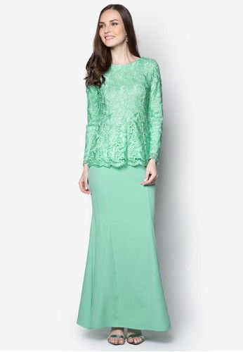 Aulia Lace Peplum Kurung from VERCATO in Green Exude sheer opulence for the coming festive season through this elegant baju kurung by VERCATO. Featuring a gleaming lace detail decorating the top, this piece combines the demurity of traditional wear with the sophistication of modern times.Top-... #bajukurung #bajukurungmoden