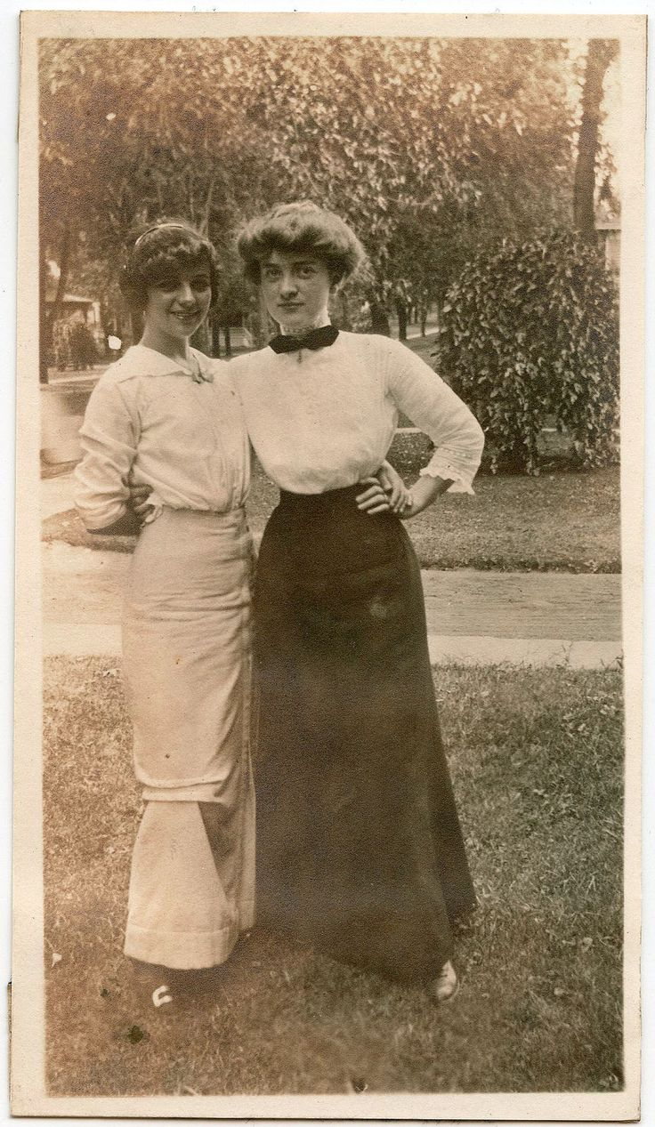 Friends. Mids 1910s. The funny thing is, I really think I could do my work hair like the girl on the left. It's cute!