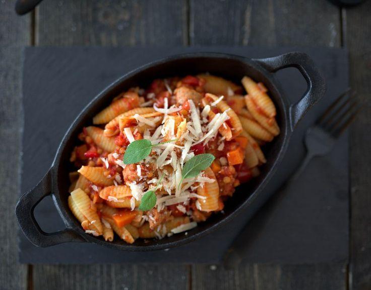 Pasta er populær mat som kan varieres i det uendelige. Her har pastaen fått selskap av salsiccia i en fargerik pastasaus med gulrøtter, paprika og røde linser. En smakfull og mettende pastarett, re…