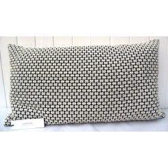 Smuk, klassisk uldpude fra #louiseroe i sort og hvid uldvævning giver nyt liv til sofa og stol
