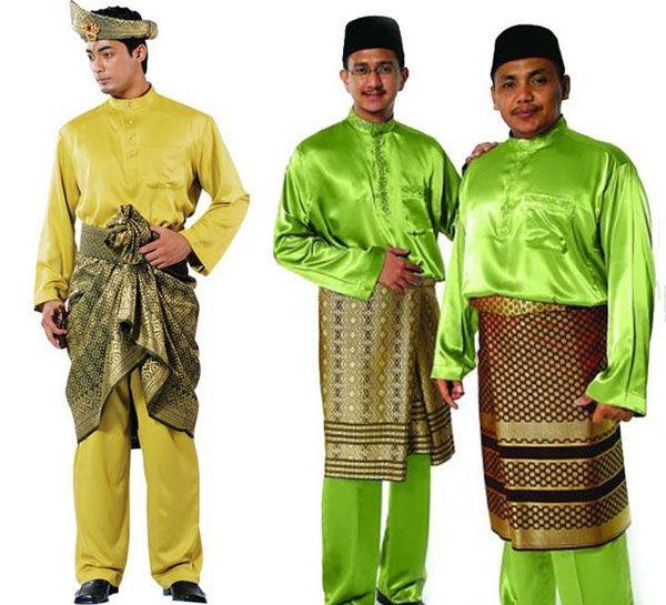 สำหรับชุดประจำชาติมาเลเซียของผู้ชาย เรียกว่า บาจู มลายู (Baju Melayu) ประกอบด้วยเสื้อแขนยาวและกางเกงขายาวที่ทำจากผ้าไหม ผ้าฝ้าย หรือโพลีเอสเตอร์ที่มีส่วนผสมของผ้าฝ้าย