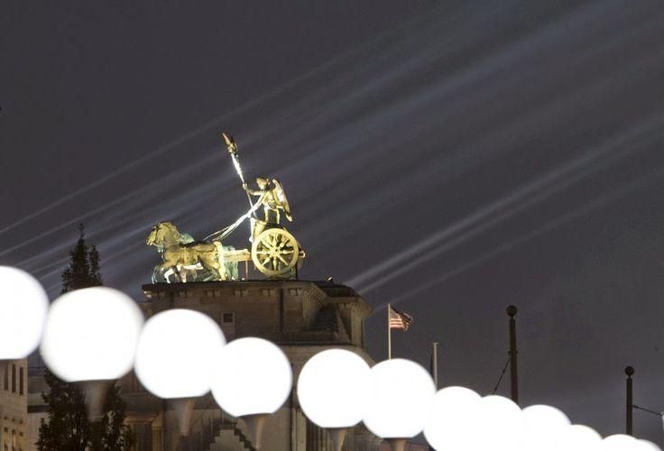Travel Notes: 25/o anniversario  della caduta del Muro di Berlino.  Oggi a Berlino si celebra il 25/esimo anniversario della caduta del muro. Il clou alla Porta di Brandeburgo con Barenboim che dirigerà l'Inno alla gioia e 8.000 palloncini che saranno liberati in volo. Un'immagine pensata per roevocare la fine della guerra fredda. I palloncini bianchi, ognuno affidato a un padrino, saranno liberati in cielo.  Info su: https://www.facebook.com/pages/Travel-Notes/317441628378288