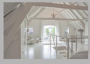 Bekijk de foto van Pure & Original met als titel Alles geschilderd in de kleur Mineral White. De vloer, balken en plafond, wanden en kozijnen. Gebruikt is de Floorpaint, classico Krijtverf en de lak op waterbasis.  en andere inspirerende plaatjes op Welke.nl.