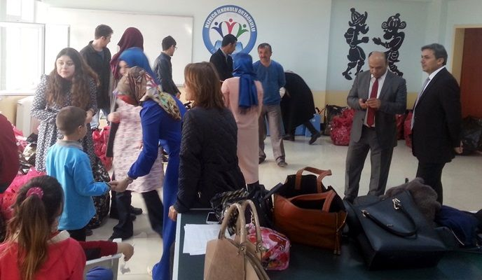Karadeniz Ereğli Belediyesi Üniversite Gençlik Meclisi'nde görev alan Bülent Ecevit Üniversitesi öğrencileri, merkeze bağlı Kızılca Ortaokulu'nda okuyan öğrencilere, kırtasiye ve giysi yardımında bulundu.
