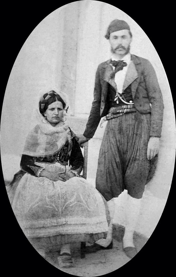 Κέρκυρα,1874.Corfu, portret van man in klederdracht, omzoomd door tekening van flora rond takkenraamwerk, anoniem.Engels foto-album met 97 foto's en fraai getekende albumbladen, anoniem, 1874.