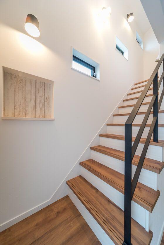 おしゃれな階段は、同じサイズの 幅600mm×高さ300mm の窓をナナメ一直線に配置 一番下と一番上が「横すべり」といって『上を軸に外に開く窓』、真ん中が「FIX窓」です。