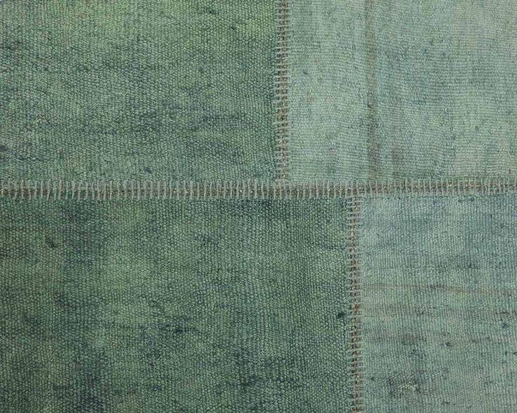 In ons Buglem hennep patchwork vloerkleed hebben we tinten groen samengebracht. Subtiele, getemperde kleuren die het kalmerende effect hebben van een rustige zee. Mooi en harmonieus. Kleine ongelijkheden maken het kleed zo bijzonder.