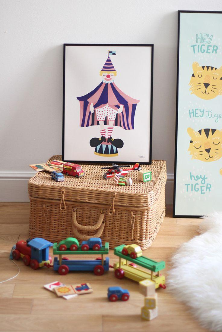 Moderne plakat med en sød klovn. Den fine illustration fra Michelle Carlslund vil passe fint ind i både stuen eller soveværelset.