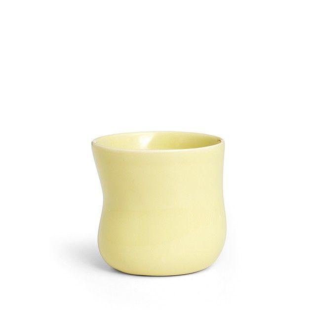 Mano Kop Dusty Yellow Stor   En moderne klassiker, der med sit sanselige formsprog og delikate douce gule farve fortjener en fremtr�dende plads i k�kkenet. Den store Mano-kop er fremstillet af slidst�rkt stent�j, der g�r den perfekt til hverdagsbrug. Tag koppen med ud p� altanen eller i haven og nyd morgenkaffen i en varmende solskinstribe. Match den yndefulde kop med seriens andre sarte farver for en feminint udtryk.
