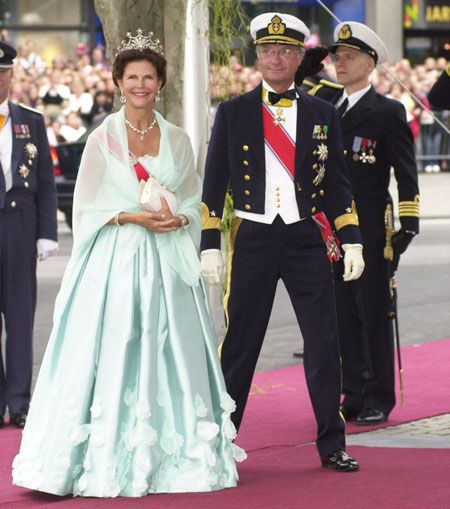 Queen Silvia and King Carl Gustaf of Sweden arrive at Oslo Cathedral for the wedding ceremony; wedding of Crown Prince Haakon and ms. Mette-Marit Tjessem Høiby, August 25th 2001
