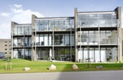 Nye moderne lejligheder   Lækker beliggenhed i udkanten af Vejle. Boligerne er alle med stor syd eller sydvestvendt terrasse eller altan, hvorfra udsigten kan nydes. Af andre faciliteter kan nævnes elevator, affaldsskakt, cykelskur, legeplads samt parkering. Der findes 3 typer boliger: Type (MF) - 3 vær., på  90 m2. Type (TH) - 4 vær., på 115 m2. Type (TV) - 4 vær., på 115 m2.