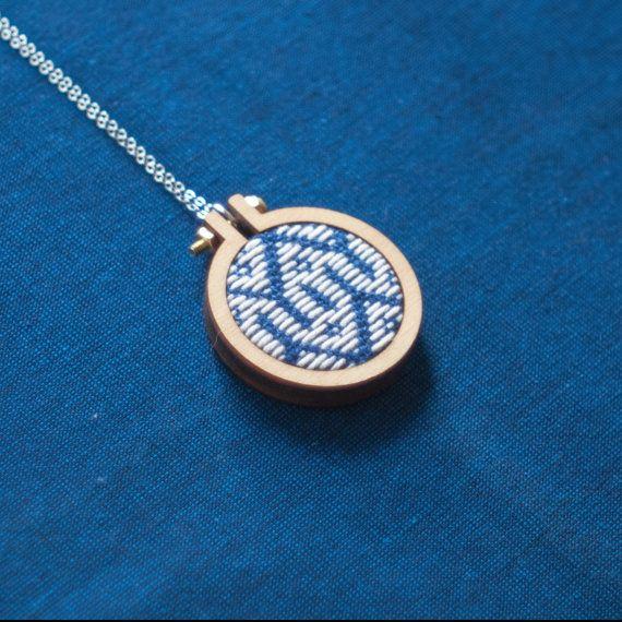 花コ入り向い亀甲| m i n i a t u r e . n e c k l a c e | Kogin embroidery (こぎん刺し) pattern in a mini embroidery hoop