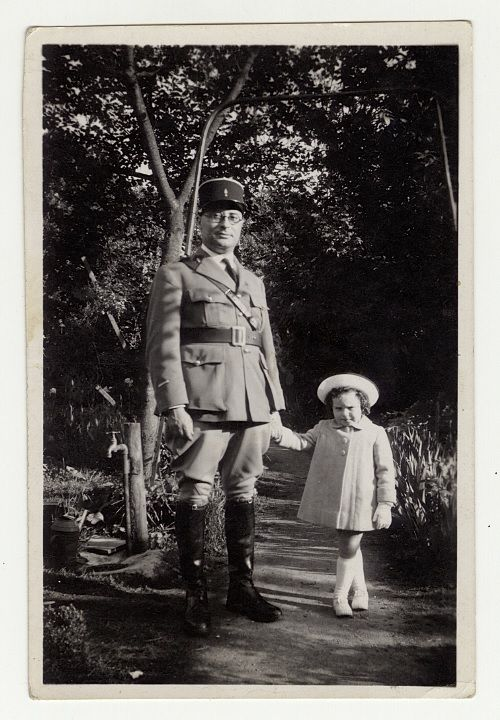 Jean Zay sous-lieutenant avec sa fille Catherine, [1939-1940]. Archives nationales / fonds Jean Zay /667AP/141 © Archives nationales, France