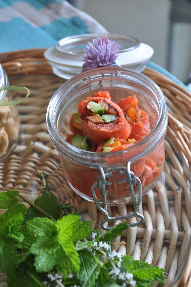 Iniziano gli aperitivi all'aperto, in terrazzo o in giardino, quel che conta è la compagnia e il buon cibo! Wrap con bastoncini di carota, zucchine e salmone, accompagnati da una versione Wra…