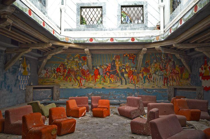 #urbex #urbanarcheology #nikonphotographer #abbandono #edificidismessi #edificiabbandonati #discotecaabbandonata  http://alcaphotos.blogspot.it