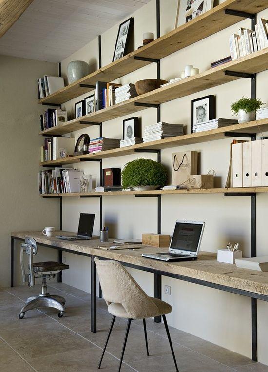 Escritório com prateleiras e bancada de madeira.