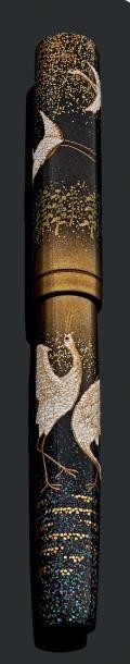 NAMIKI, #Stylo à plume de la collection Empereur - flat top représentant des grues. Laque hira-makie, taka-makie et rankaku. Plume or 18 carats, remplissage compte-gouttes. Etat neuf. Long.: 17 cm Vente aux #encheres du 29/11/13 par Delvaux Jean-Marc