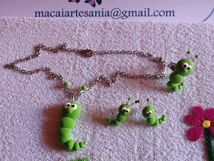 Conjunto de colgante , pendientes y anillo. Gusano verde.