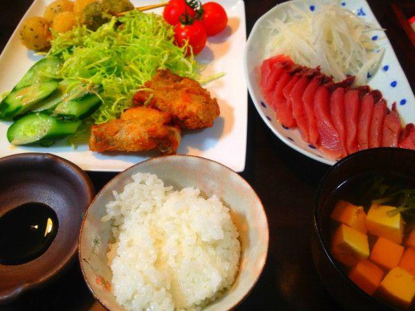 夕ご飯:初鰹!お刺身で。今日のチキンと串は、出来合いのもの(つㅅ・`)豆腐と三つ葉のお吸い物、大根のけん、せんきゃべつ+胡瓜+トマト。