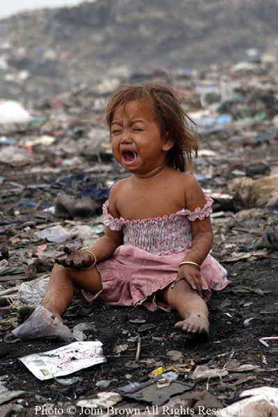 Uma garotinha chora de dor depois de receber uma pequena lesão em sua mão no Aterro Stung Meanchey em Phnom Penh, Camboja. Será que esta criança será capaz de frequentar a escola? Isso é sempre uma incógnita, mas uma coisa é certa. Quanto mais tempo ela permanece sentada entre 700 ton. de resíduos que chegam a cada dia no lixão Stung Meanchey, respira o ar pesado poluído por gás metano, mais difícil será para você, eu e o governo cambojano olhar em um espelho.  Texto e Fotografia: © John…