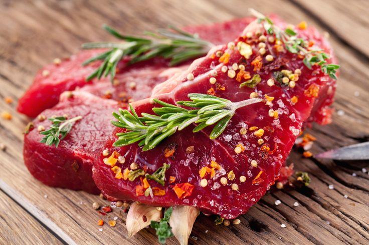 Tahle smetanová pepřová omáčka ke steakům vás donutí blaženě přivírat oči při každém soustu. Hodí se nejen k hovězím, ale i kuřecím a rybím steakům.