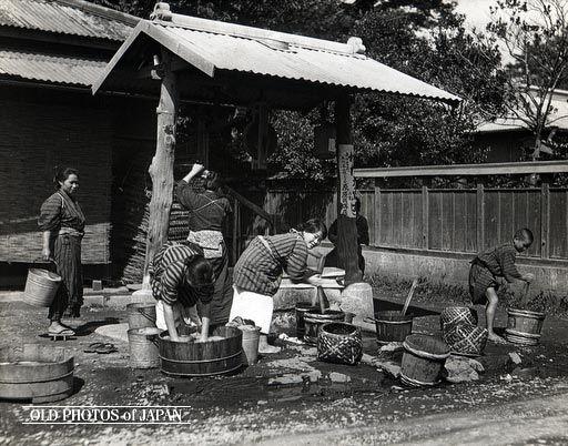 OLD PHOTOS of JAPAN: 衣類の洗濯 1930年代                                                                                                                                                                                 もっと見る